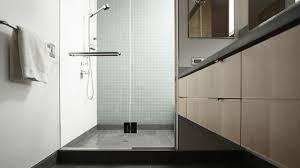 La mise en place d'une colonne de douche.